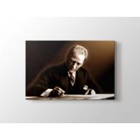 Atatürk yazı yazarken